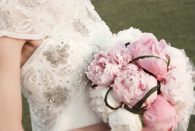 Fotografia de boda Girona, Cadaqués, Costa Brava, wedding photographer, Santos Costura, Sa Perafita, ramo de novia rosa pastel, wedding bouquet