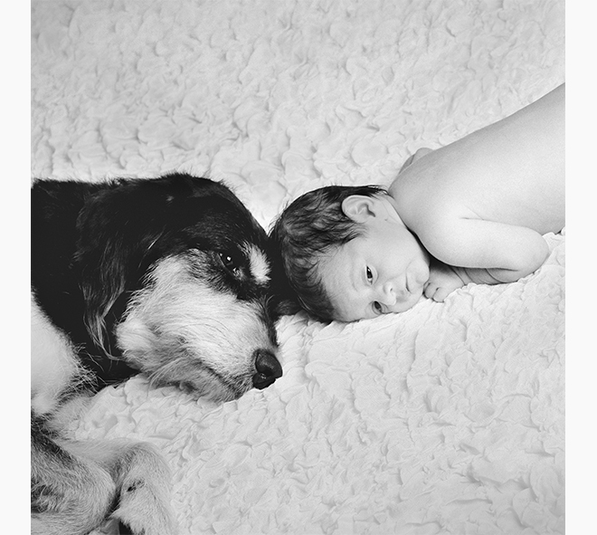 Fotografía de recién nacido con papas, pares i fills, padres e hijos, mascotas y bebés fotografía, fotos en familia, fotografies de família, blanco y negro, Laura Espadalé
