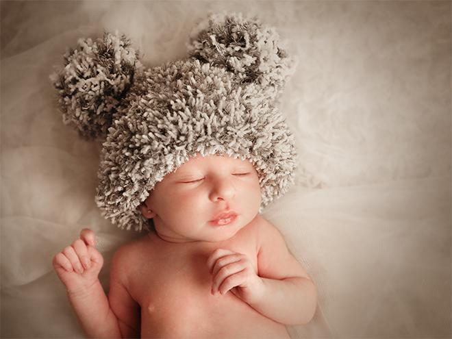 Fotografia de recén nascut, seguiment embaràs, seguimiento embarazo, bebé, newborn, blanco y negro, Barcelona, fotografía natural, emotiva, gorritos para bebé