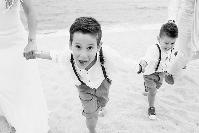 reportaje de fotografía boda en la playa, reportaje fotografía de família, reportaje fotografía Ibiza, reportaje fotografía Formentera, Btakora, Laura Espadalé, reportaje fotografía Barcelona reportaje fotografía niños, caravana, atelier Tuneu, vestido de novia espalda descubierta, traje de novio playa