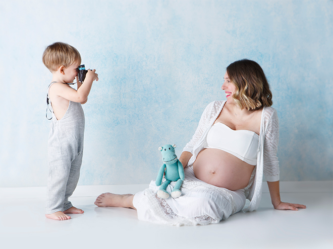 pregnancy photography Barcelona, maternity photography, siblings, candids, Laura Espadalé, family photography
